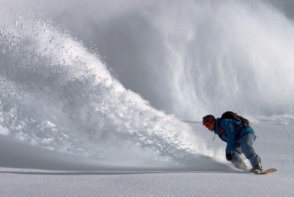 Le snowboard est près du sommet de la liste des choses à faire en Andorre en hiver.