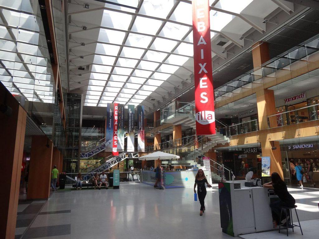 Una vista interior del popular centro comercial Illa Carlemany.